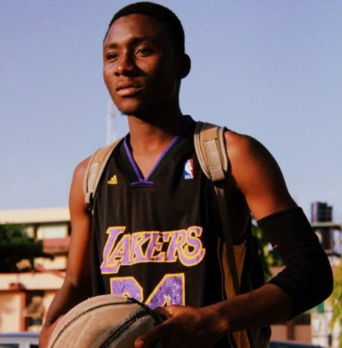 Jugador de baloncesto con codera