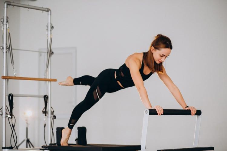 ejercicio con reformer de pilates