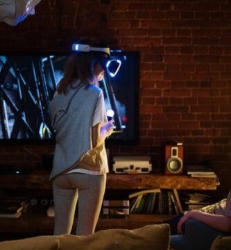 chica jugando a exergames