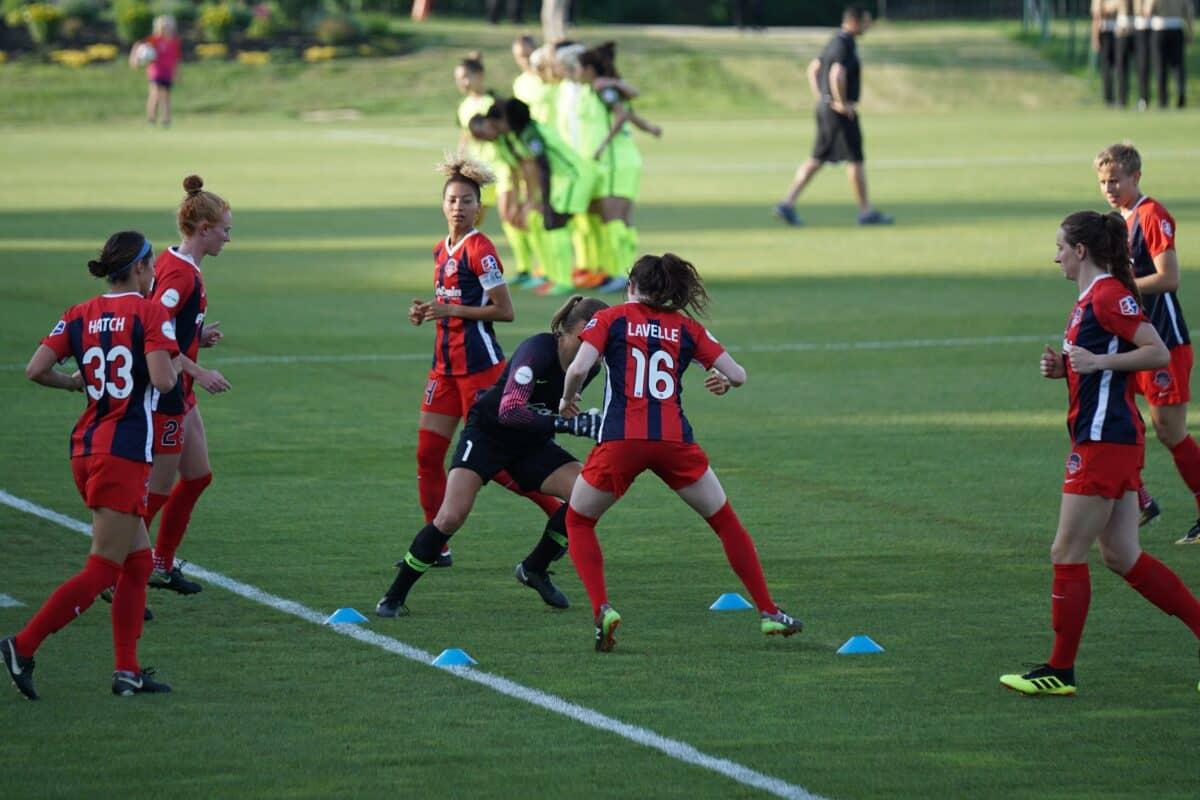 chicas entrenando en una pretemporada en fútbol