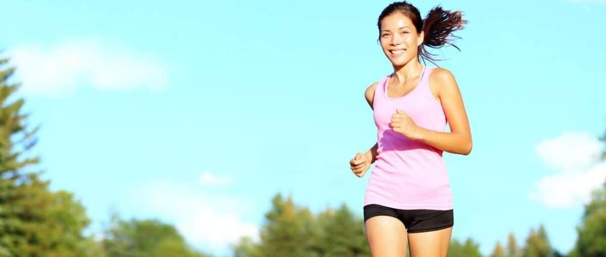 Chica corriendo en parque