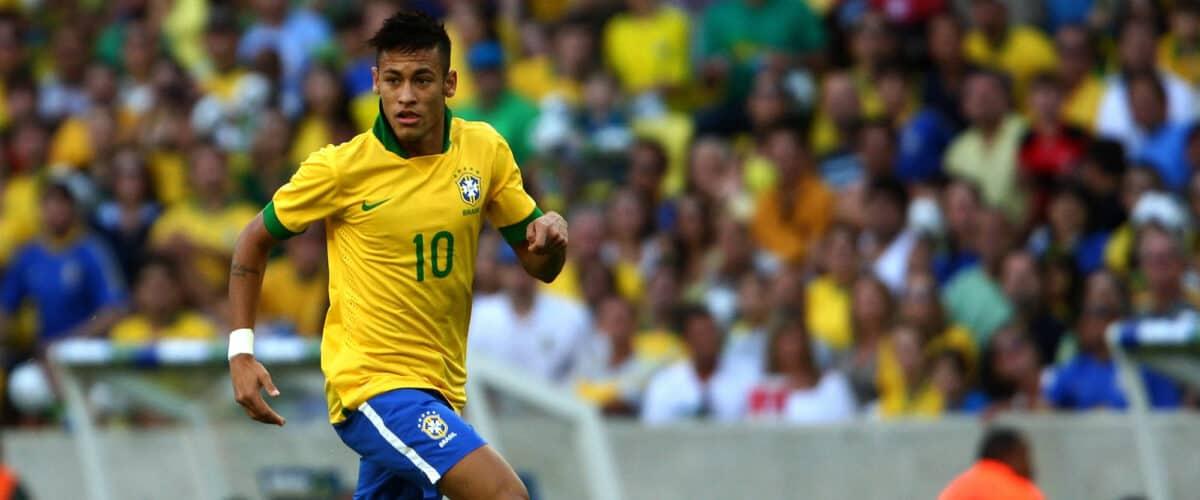Neymar jugando con Brasil