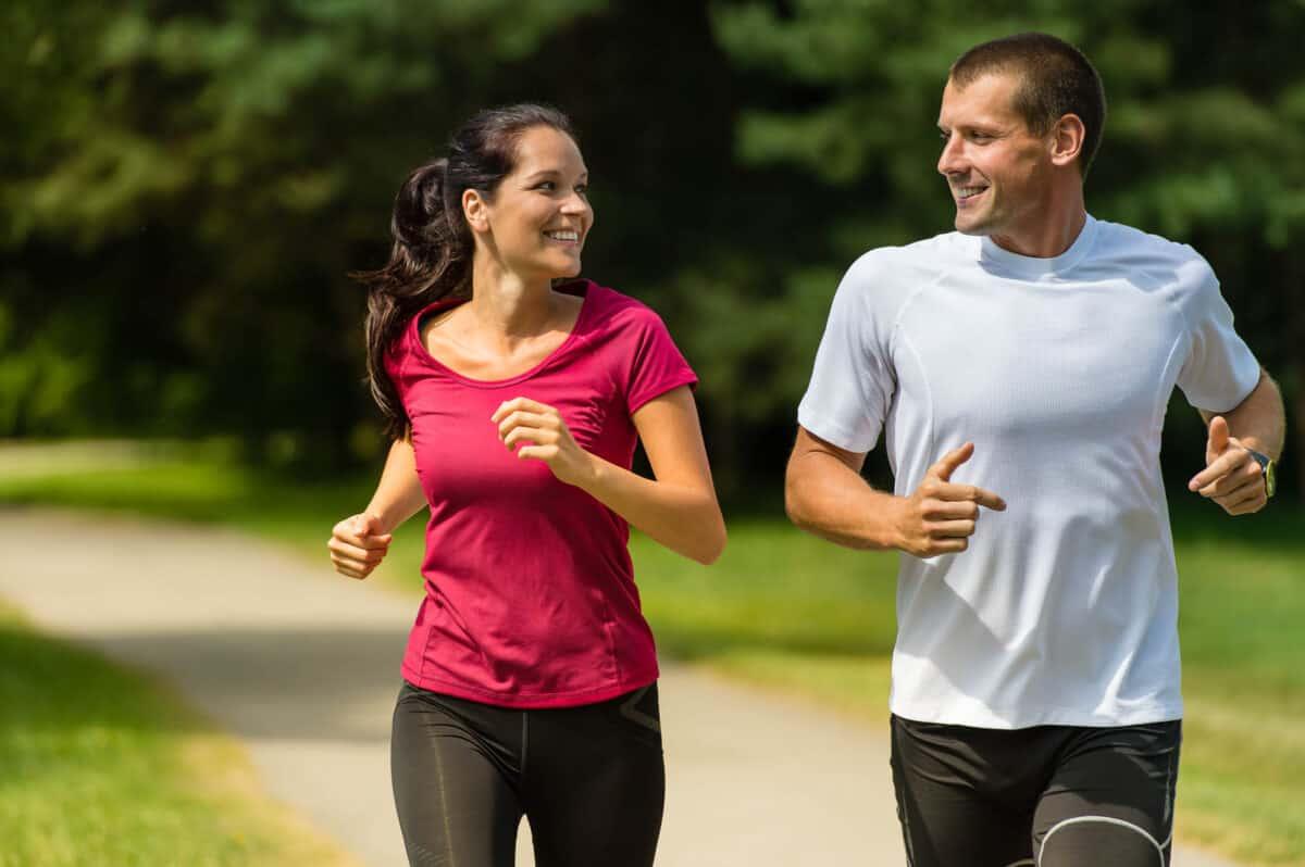 Pareja practicando running